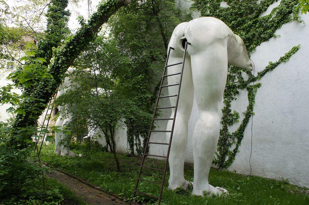 "скульптура ""Подхалимство"""